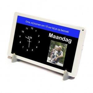 De kalenderklok met agenda functie is een staande digitale klok die instelbaar is op analoge of digitale tijdsaanduiding.