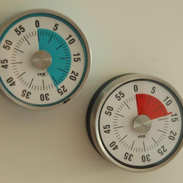 ronde magnetische keukenwekker met tijdsaanduiding in kleur