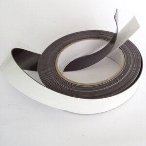 Zelfklevend magneetband met krachtige lijmlaag.